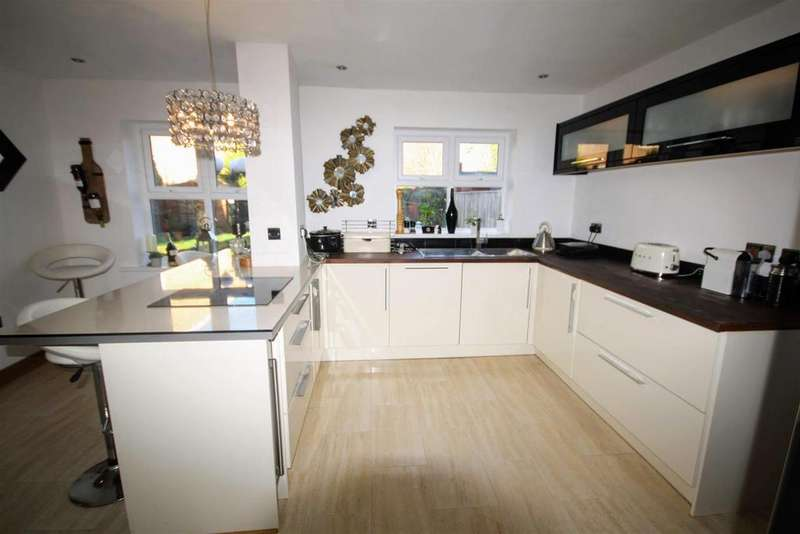4 Bedrooms Detached House for sale in Hutton Close, Chester Le Street