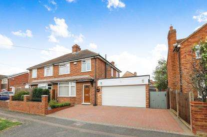 3 Bedrooms Semi Detached House for sale in South Avenue, Elstow, Bedford, Bedfordshire