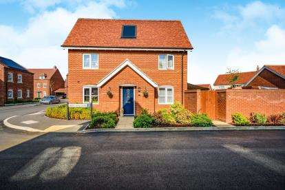 3 Bedrooms Semi Detached House for sale in Wortham Close, Great Denham, Bedford, Bedfordshire