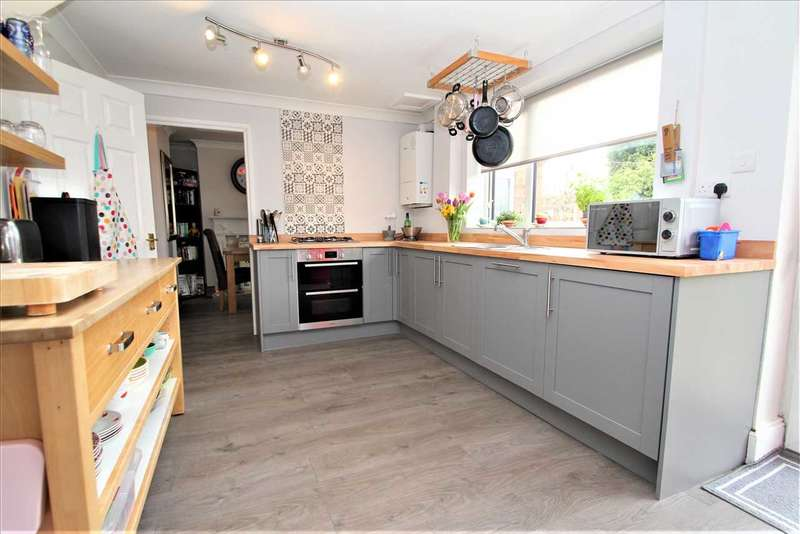 4 Bedrooms Semi Detached House for sale in Swallowbeck Avenue, Lincoln