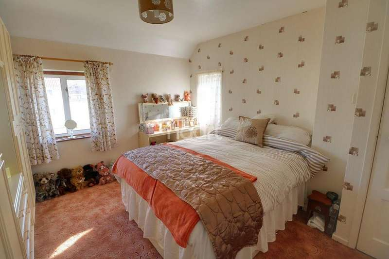 3 Bedrooms Semi Detached House for sale in Newsome Avenue, Pill, BS20