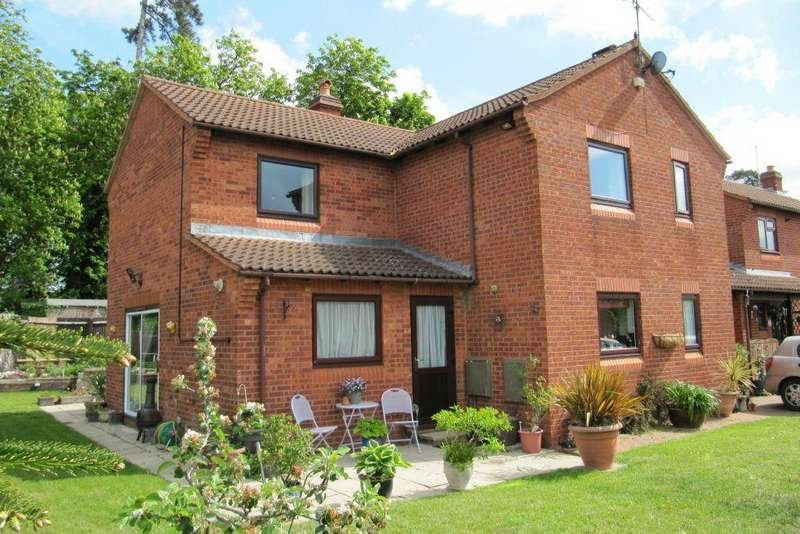 4 Bedrooms Detached House for sale in LARGE CORNER PLOT - August End, George Green, Bucks, SL3 6RP