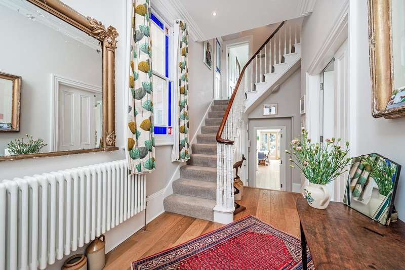 5 Bedrooms Semi Detached House for sale in Finsbury Park Road, N4 2JX