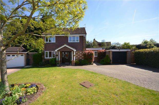 4 Bedrooms Detached House for sale in Lambourne Drive, Bagshot, Surrey