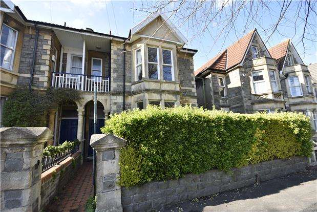 2 Bedrooms Flat for sale in Lilymead Avenue, Knowle, Bristol, BS4 2BX