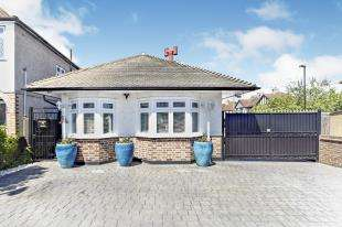2 Bedrooms Bungalow for sale in Chaffinch Avenue, Shirley, Croydon