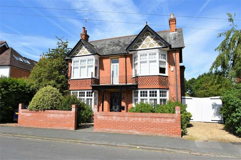 4 Bedrooms Detached House for sale in Gordon Avenue, CAMBERLEY, Surrey