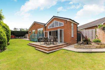 5 Bedrooms Bungalow for sale in Aintree Close, Doncaster