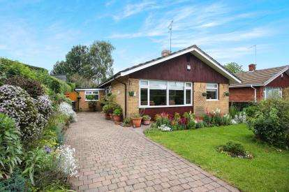 3 Bedrooms Bungalow for sale in Heyes Farm Road, Macclesfield, Cheshire