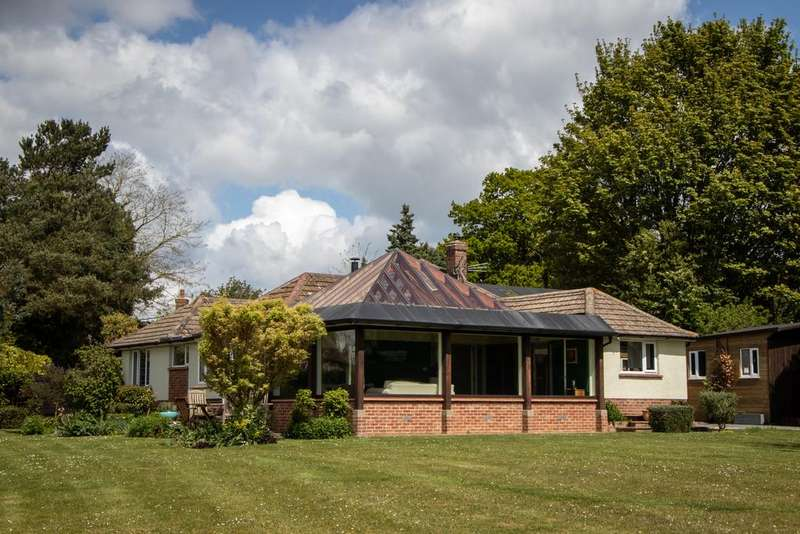 3 Bedrooms Bungalow for sale in The Thicket, Leckhampstead, Newbury, RG20