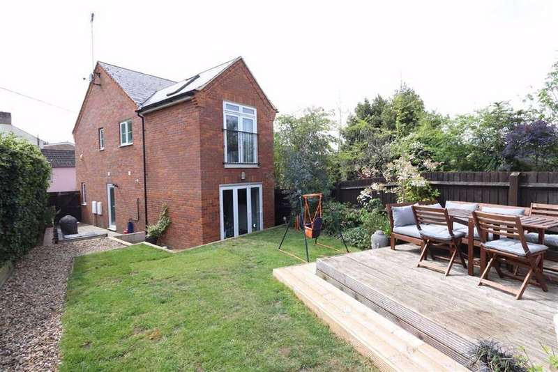 3 Bedrooms Semi Detached House for sale in Birds Hill, Heath And Reach