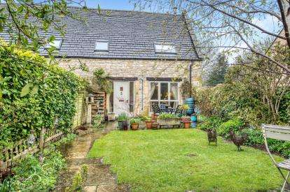 2 Bedrooms End Of Terrace House for sale in Manor Farm Barns, Station Road, Andoversford, Cheltenham