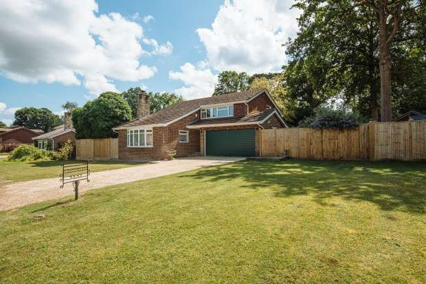 4 Bedrooms Detached House for sale in Ifoldhurst, Billingshurst, West Sussex, RH14 0TX