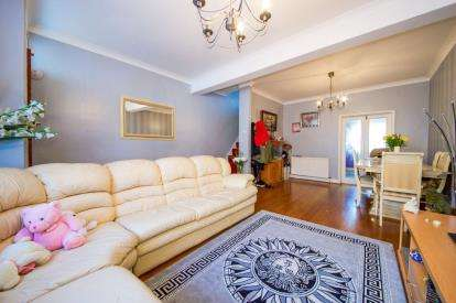 3 Bedrooms Terraced House for sale in Bath Road, London
