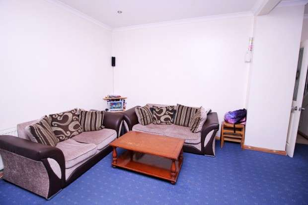 3 Bedrooms Semi Detached House for sale in Cromwell Road, Hayes, UB3