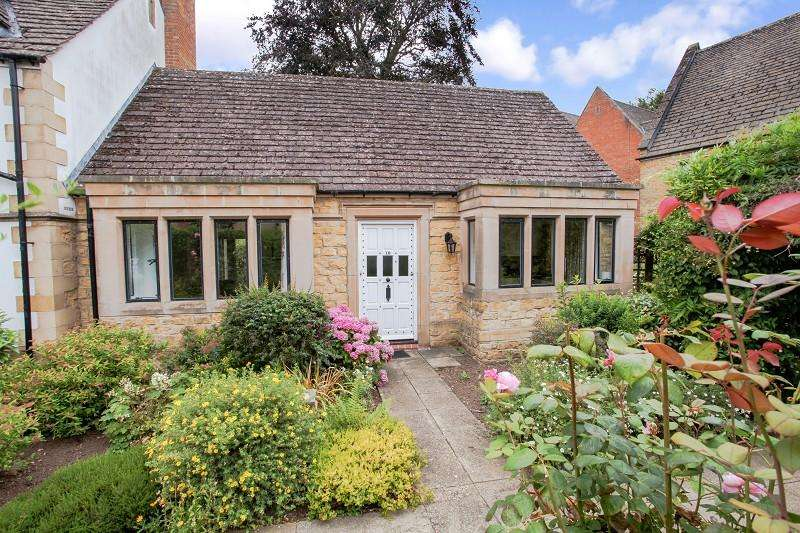 2 Bedrooms Bungalow for sale in The Grange , Moreton-in-Marsh, Gloucestershire. GL56 0AU