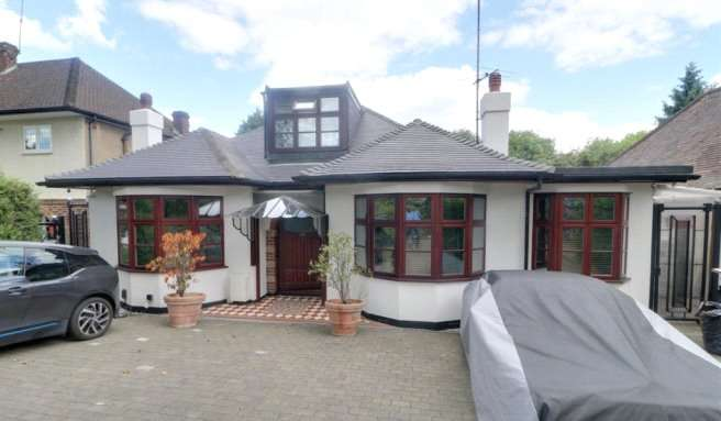 4 Bedrooms Bungalow for sale in Park Avenue, Enfield, Middlesex