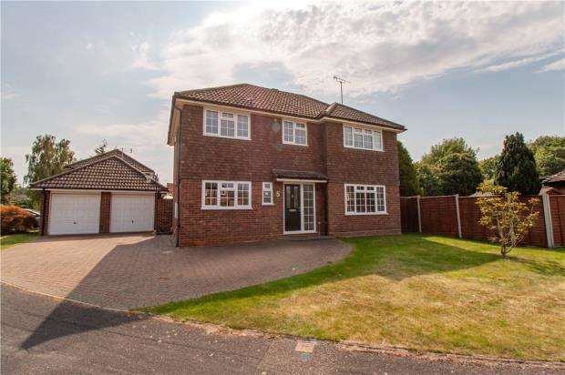 4 Bedrooms Detached House for sale in Mayflower Drive, Yateley, Hampshire