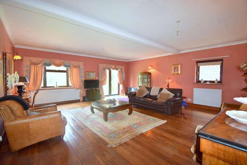 4 Bedrooms Detached House for sale in Newton Lane, Old Windsor, SL4