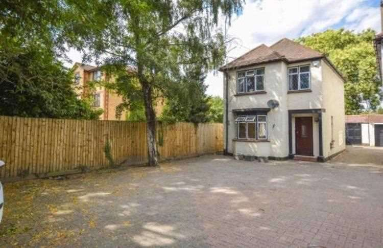 Detached House for rent in Bath Road, Slough