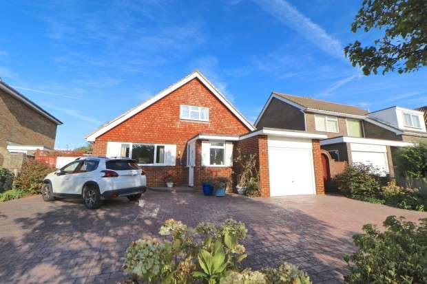 3 Bedrooms Bungalow for sale in Farlaine Road, Eastbourne, BN21