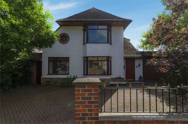 4 Bedrooms Detached House for sale in Westfield Road, Hoddesdon, Hertfordshire