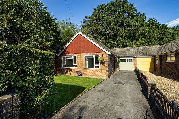 3 Bedrooms Bungalow for sale in Award Road, Church Crookham, Fleet