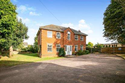 4 Bedrooms Detached House for sale in Wynchwood Lane, Shefford, Bedfordshire
