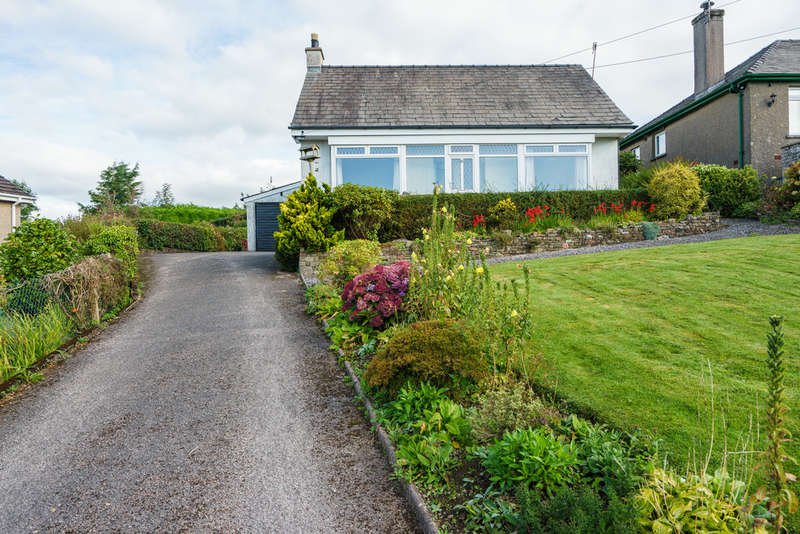3 Bedrooms Detached Bungalow for sale in 8 Fell Close, Oxenholme, Kendal, Cumbria, LA9 7ES