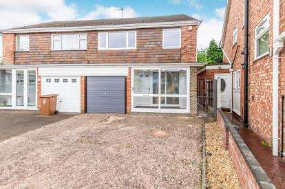 3 Bedrooms Semi Detached House for sale in Caernarvon Close, Willenhall, West Midlands