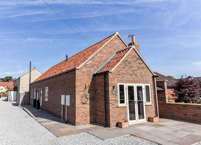 2 Bedrooms Detached Bungalow for sale in 82 Firthland Road, Pickering, North Yorkshire, YO18 8DB