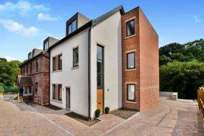 2 Bedrooms Flat for sale in Buxton Road West, Disley, Stockport, Cheshire