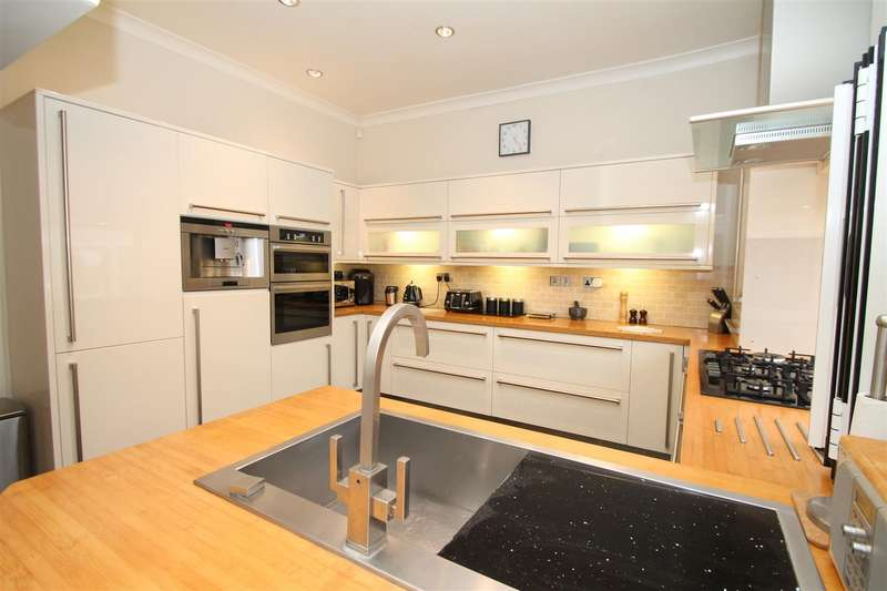 4 Bedrooms House for sale in Lodge Drive, London N13