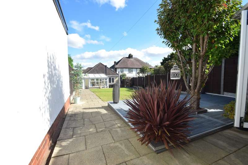3 Bedrooms Detached Bungalow for sale in Bustleholme Avenue, West Bromwich, B71