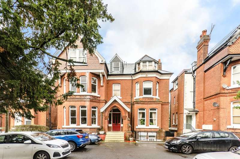 3 Bedrooms Flat for sale in Mount Avenue, Ealing, W5