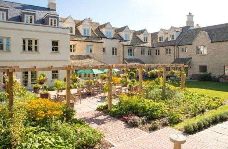 2 Bedrooms Property for sale in Lewsey Court, Tetbury: **WELL PRESENTED 2 BEDROOM & 2 BATHROOM APARTMENT **