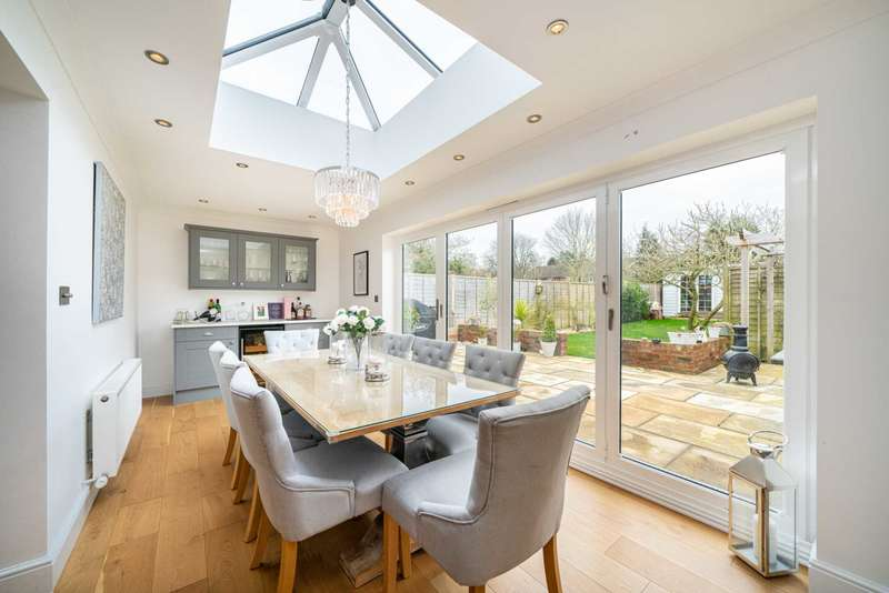 3 Bedrooms Detached House for sale in LUXURIOUSLY REFURBISHED 3 BED DETACHED IN POPULAR BOVINGDON.