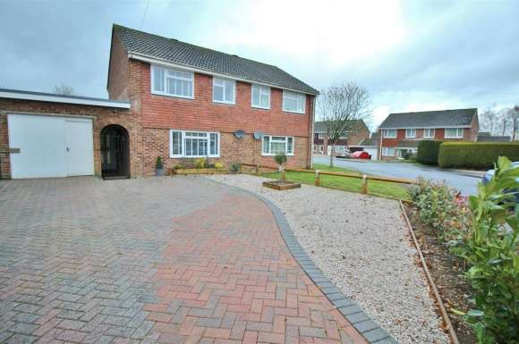 3 Bedrooms Detached House for sale in Braemar Drive, Oakley, Hants