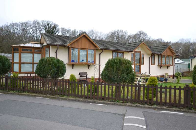 2 Bedrooms Park Home Mobile Home for sale in Whitehill Park, Whitehill, Hampshire, GU35