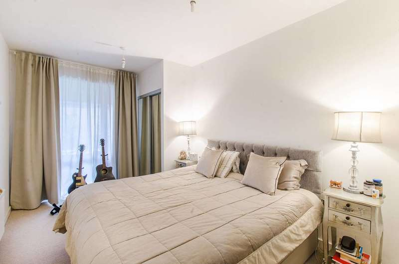2 Bedrooms Flat for sale in Silvertown Square, Canning Town, E16