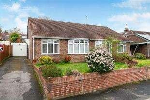 2 Bedrooms Bungalow for sale in Pen Way, Tonbridge, Kent, .