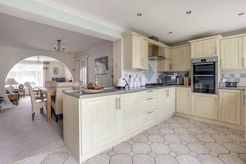 3 Bedrooms Semi Detached House for sale in Woodberry Drive, Sittingbourne