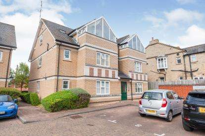 2 Bedrooms Flat for sale in Coopers Court, Shefford, Bedfordshire