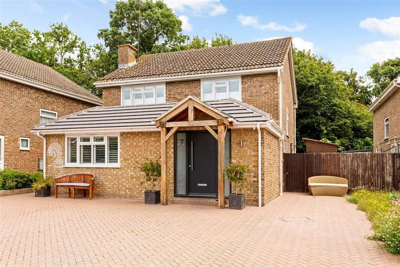 4 Bedrooms Detached House for sale in Saddlers Close, Burgess Hill