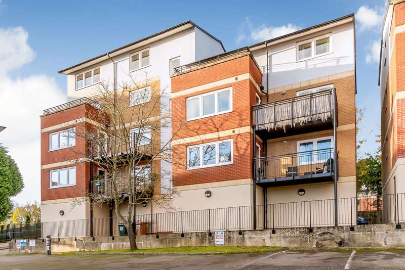2 Bedrooms Apartment Flat for sale in Penn Place, Solomon's Hill, Rickmansworth, Herts