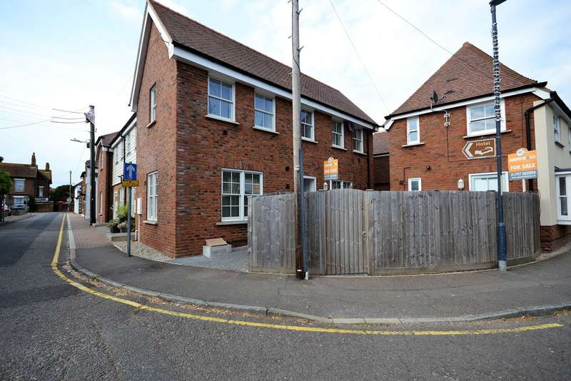 2 Bedrooms Terraced House for sale in Smugglers Mews , New Romney