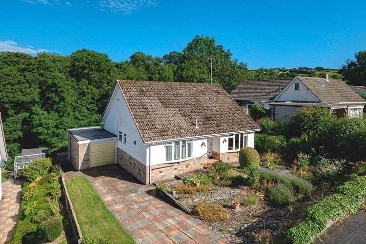 3 Bedrooms Detached Bungalow for sale in 12 The Dingle, Knighton, Powys, LD7 1LD