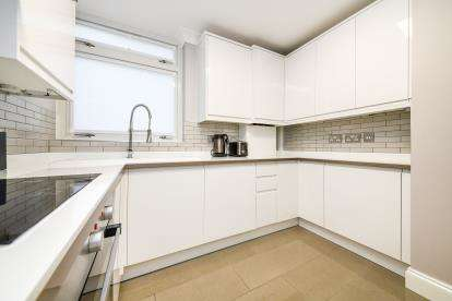 2 Bedrooms Flat for sale in Tower Hill, Brentwood, Essex