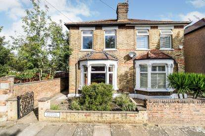 2 Bedrooms Semi Detached House for sale in Romford