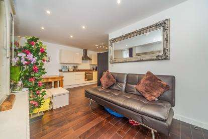 2 Bedrooms Flat for sale in Brickdale House, Swingate, Stevenage, Hertfordshire